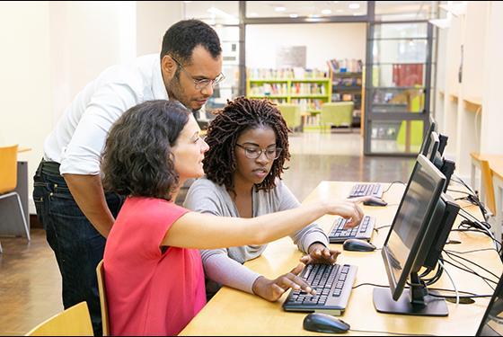 Groupe d'étudiants ingénieurs devant un ordinateur